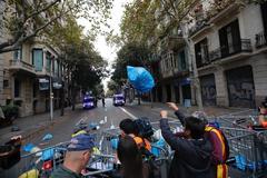 Lanzan basura en una protesta contra el Gobierno, los Mossos y la Constitución