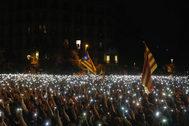 Los concentrados ante Delegación del Gobierno cantan Els Segadors.
