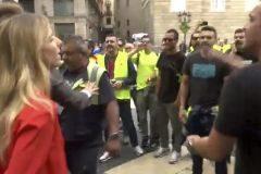 Momento en que un grupo de personas insulta a la diputada Álvarez de Toledo.