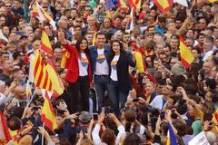 El líder de ciudadanos Albert Rivera, flanqueado por Inés Arrimadas y Lorena Roldán en la concentración convocada en Barcelona.