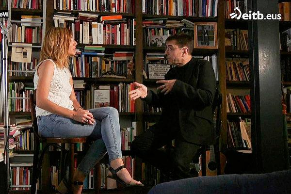 La presentadora del programa '360 grados' conversa con uno de los...