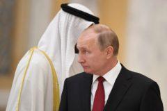 El presidente ruso Vladimir Putin, recibido por el príncipe heredero de Abu Dhabi.
