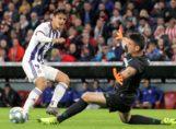 Simón intenta detener el balón ante Enes Unal.