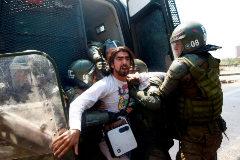 La policía arresta a un manifestante en las calles de Santiago de Chile.
