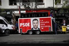 Un remolque con propaganda electoral del PSOE y de su candidato Pedro Sánchez, con motivo de las elecciones del 28-A, en Madrid..