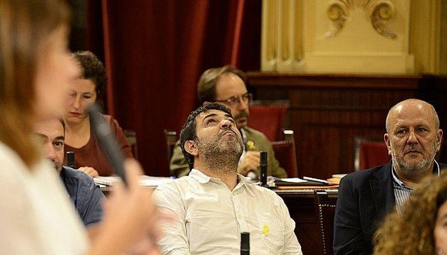 La presidenta interviene durante un pleno parlamentario frente sus socios catalanistas de gobierno.