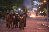 CH01. SANTIAGO (<HIT>CHILE</HIT>), 20/10/2019.- Carabineros actúa contra manifestantes en una calle del barrio de Providencia, en el este de Santiago (<HIT>Chile</HIT>), este domingo durante el toque de queda decretado para la tarde y noche.