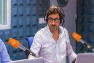 El periodista de Canal Sur Radio Valentín García, durante una emisión.