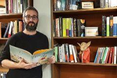 Cristòfol Cabeza, a la part d'adults de la seua llibreria a Alcoi.