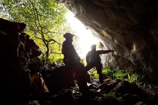 Miembros del equipo de rescate buscan los cuatro espeleólogos...