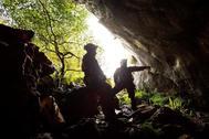 Miembros del equipo de rescate buscan los cuatro espeleólogos portugueses en el complejo Cuevo Coventosa, un entramado de cuevas y galerías de 6,7 kilómetros de longitud, con un desnivel de 685 metros y una profundidad máxima de 815 metros.