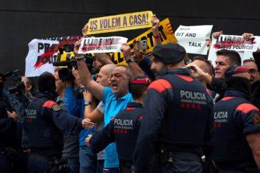 """Pedro Sánchez, abucheado por personal del hospital de Sant Pau: """"Llibertat presos polítics"""""""