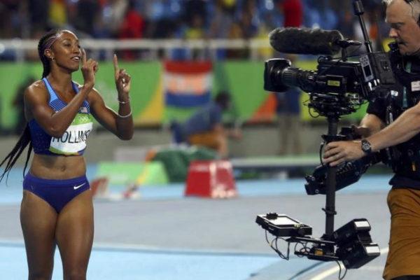 La atleta estadounidense Brianna Rollins saluda a una cámara, en los Juegos de Río 2016