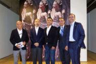 Luis Martínez Montiel (director del Secretariado de Patrimonio de la US), Christian Ravina (gestor cultural), Remy Blumenfeld (nieto del artista y productor del documental), Miguel Ángel Castro (rector de la US) y Luis Méndez (director general de Cultura de la US).