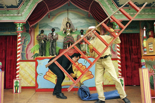 Operarios montan un teatro de autómatas, en Vitoria, en una imagen de...