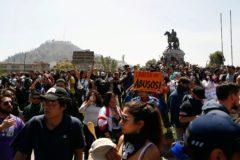 Los manifestantes se reúnen en plaza Italia, en Santiago de Chile.