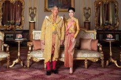 El rey de Tailandia posa con la consorte Sineenat Bilaskalayani.