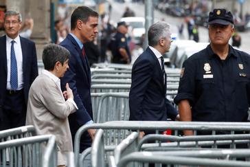 El presidente en funciones Pedro Sánchez, acompañado del ministro del Interior, Fernando Grande-Marlaska, en Barcelona para visitar a los policías heridos.