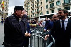 Pablo Casado saluda a un agente a las puertas de la Jefatura Superior de Policía en Barcelona.