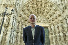 Edward Wilson-Lee, ante la Catedral de Sevilla, donde se conserva parte de la biblioteca de Colón.