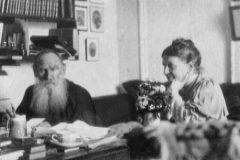 León Tolstoi fotografiado junto a su mujer, Sofia Tolstaia, en Yásnaia Poliana, en 1910.