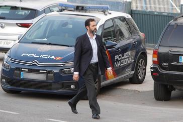 Miguel López llega a una de las sesiones del juicio del asesinato de su suegra.
