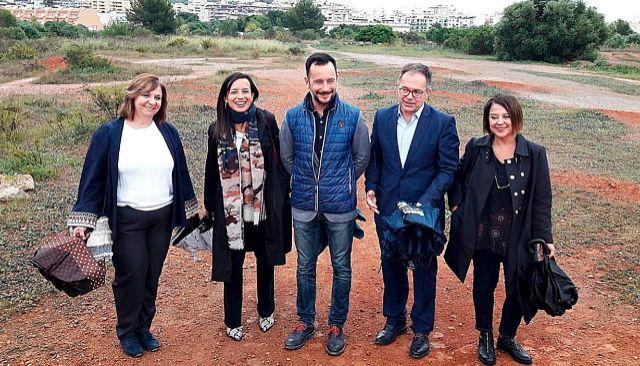 Patricia Abascal, Beatriz Corredor, Rafa Ruiz, Josep Marí Ribas y Sofía Hernanz, ayer, en el solar de Can Escandell, en la ciudad de Ibiza.