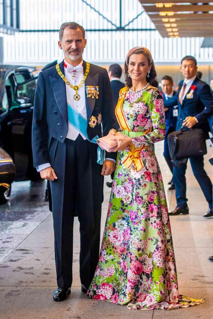 Los Reyes Felipe y Letizia, saliendo del hotel para acudir a la ceremonia de entronización del emperador Naruhito