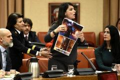 Macarena Olona, de pie, tras ser expulsada de la Diputación Permanente del Congreso.