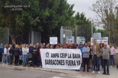 Concentración, este lunes, frente a las puertas del CEIP La Baia.