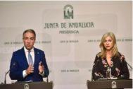 El consejero de Presidencia y portavoz, Elías Bendodo, junto a la consejera de Cultura, Patricia del Pozo.