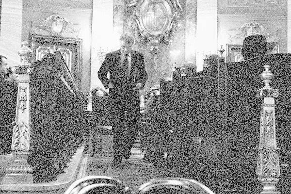 UNA IMAGEN QUE VALE UN GOBIERNO. Si una estampa resume los 30 años de periodismo de EL MUNDO fue la que tomó el fotógrafo Fernando Quintela tras sortear infinitas barreras de seguridad. Allí estaba todo un expresidente del Gobierno, Felipe González, durante su declaración ante el Supremo como testigo en el juicio del caso Marey en 1998. El tribunal no permitió el acceso de los fotógrafos a la sala. Pero el reportero utilizó una cámara Minox de 35 mm, a la que quitó algunas partes metálicas, como el rodillo y el chasis, para superar el arco de seguridad. Y, con las manos temblorosas, logró una histórica imagen que el referente del PSOE quiso evitar a toda costa.