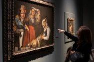 Una visitante observa un cuadro en la exposición sobre Murillo del Museo de Bellas Artes de Sevilla el pasado año.