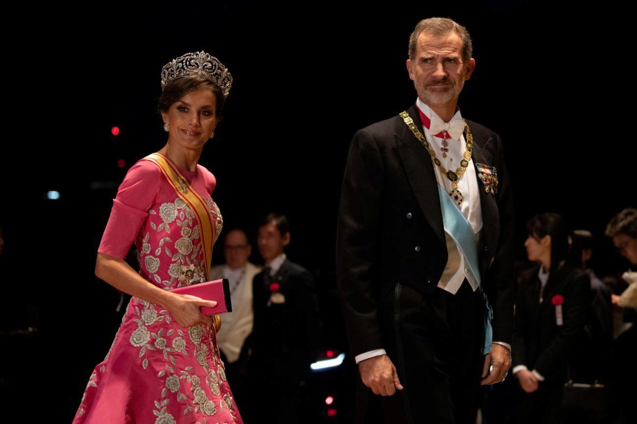 La Reina Letizia ha escogido para la cena de gala un diseño de la...
