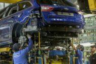 Operarios en la factoría de Ford de Almussafes.