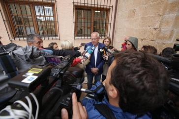 El alcalde de Dénia, Vicent Grimalt, atiende a los medios durante el acto de repulsa.