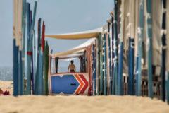 La playa urbana, equipada con casetas y hamacas.