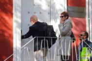 El abogado de Carles Puigdemont, Gonzalo Boye, abre la puerta de su despacho para dar paso a la Policía, este lunes, en Madrid.