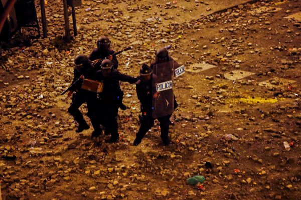 Un grupo de policías antidisturbios durante los altercados en...