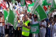 Protesta de los sindicatos de sanidad este martes a las puertas del Hospital Virgen Macarena.