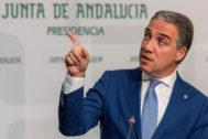 El consejero portavoz, Elías Bendodo, este martes en la rueda de prensa.