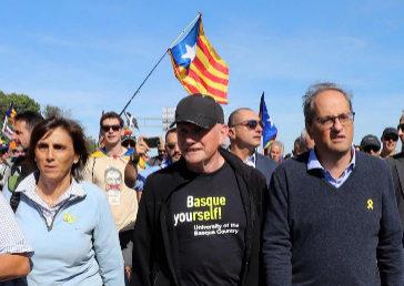 Quim Torra, a la derecha, con su mujer, Carola Miró, y con Juan José Ibarretxe, cortando la autopista AP-7, este miércoles.