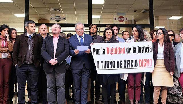 Los abogados del turno de oficio ya mostraron públicamente su malestar  ante los Juzgados el pasado mes de marzo.