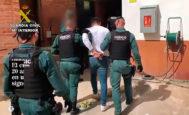 El novio de la joven tras su detención.