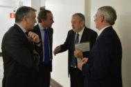 Alfonso Alonso conversa con Pedro Azpiazu en los pasillos del Parlamento en un día de pleno.