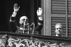 Franco habla desde el Palacio Real junto al entonces príncipe Juan Carlos.