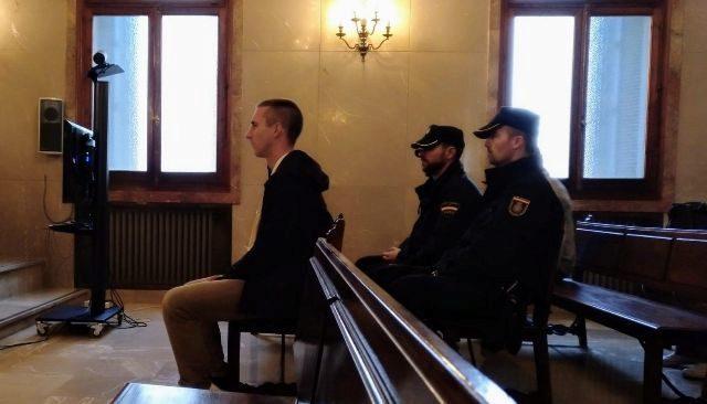 El acusado, en el banquillo.