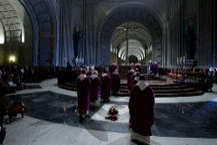 Detalle de una misa celebrada en la Basílica del Valle de los Caídos, con la tumba de Francisco Franco en primer plano.