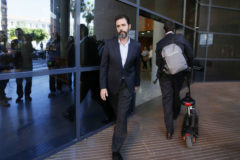 Miguel López, sale del edificio judicial donde se celebra el juicio.