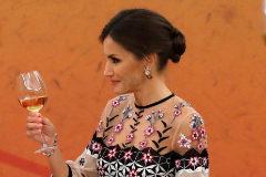 GRAF5639. SEÚL.- La reina <HIT>Letizia</HIT> (d) brinda con el presidente surcoreano, Moon Jae-in (i) durante la cena oficial que ofrecieron a los reyes de España con motivo de su primera visita oficial al país.